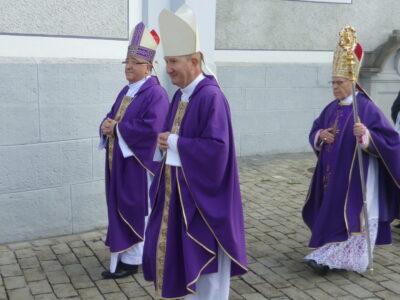 Peter Bürcher ging am 6. April vor Bischof Vitus Huonder, anlässlich der Priesterweihe in Schwyz (kath.ch)