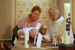 Diakon Westermann spendet das Taufsakrament